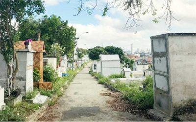Homem exuma corpo da avó e dança com cadáver nas ruas
