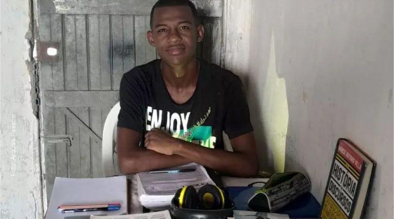Jovem encara rotina de estudos em casa sem energia elétrica e tira 980 na redação do Enem