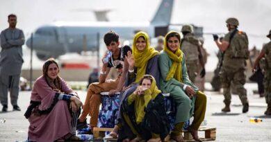 O adeus de afegãos que deixam o país pelo aeroporto de Cabul